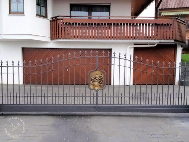 Schiebetor im alten Stil mit Bronze-Familienwappen