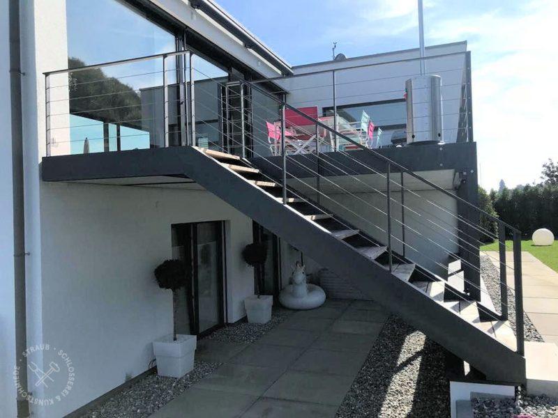 Treppe mit Sonderprofilen und Drahtseilfüllung
