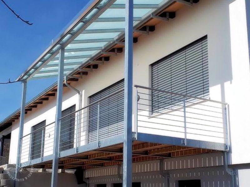 Balkon mit Glasüberdachung