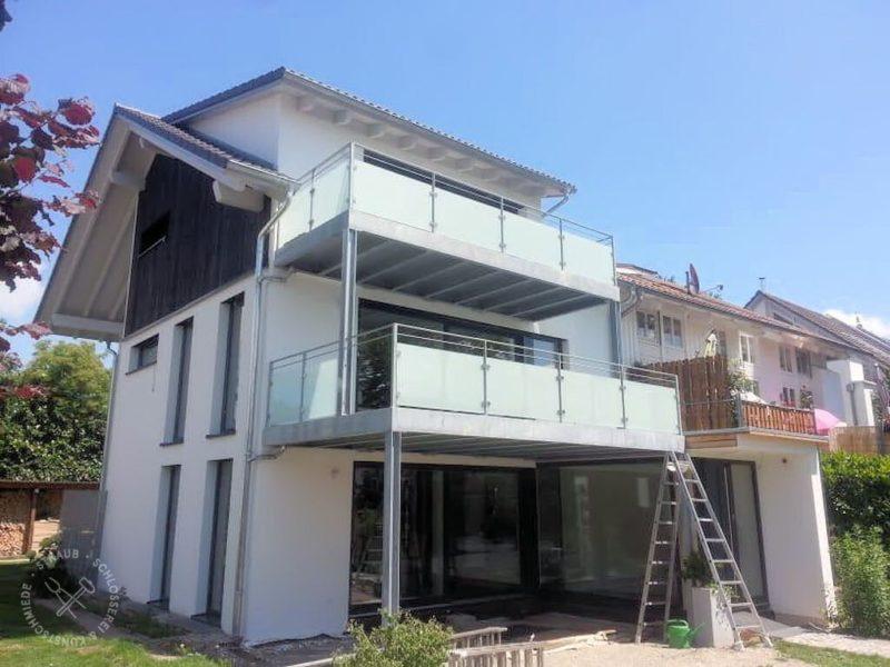 Zweigeschossiger Balkon mit Glasfüllung